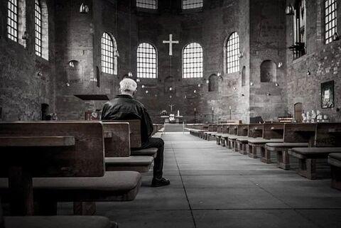 Anciano orando iglesia