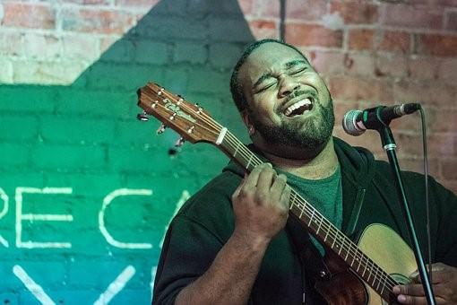 hombre cantando a dios