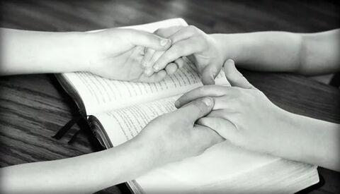 Orando manos biblia